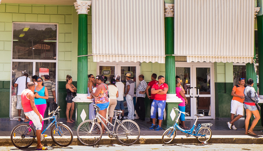 supermarket queue - Cuba